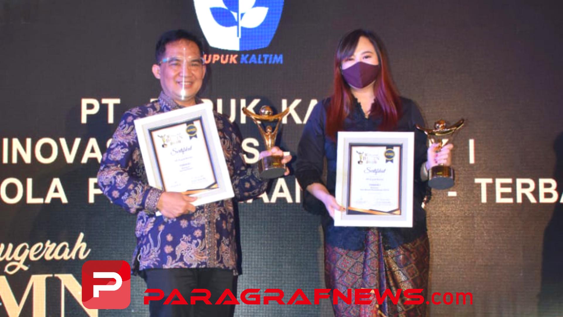 Swafoto. Direktur SDM dan Umum Pupuk Kaltim, Meizar Effendi menerima penghargaan Terbaik I Kategori Tata Kelola Perusahaan (GCG) dan Manager Inovasi dan Pengembangan Manajemen (Inbangman) Pupuk Kaltim Alvina Elysia Dharmawangsa menerima penghargaan Terbaik I Kategori Inovasi Bisnis.